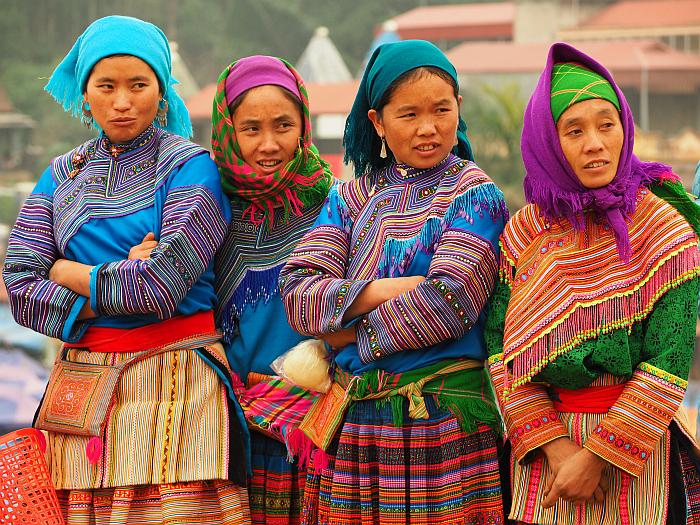 Nr.36 – Vietnam – farbenfroh gekleidete Menschen